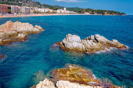 панорамный вид на побережье с рок скалы и город на фоне в Льорет-де-Мар, Каталония, Коста Брава, Испания Фото со стока - 75670526
