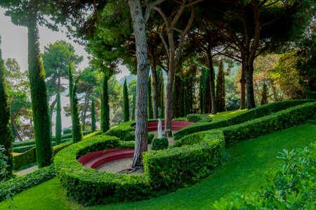 прекрасный вид на Средиземноморском парке с яркой зелени Фото со стока - 75675051