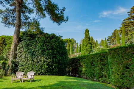 прекрасный вид на Средиземноморском парке с яркой зелени Фото со стока - 75675056