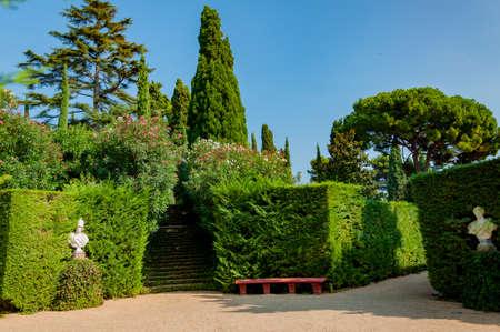 прекрасный вид на Средиземноморском парке с яркой зелени Фото со стока - 75675057