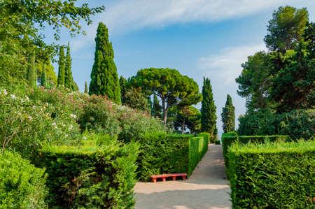 прекрасный вид на Средиземноморском парке с яркой зелени Фото со стока - 75675058