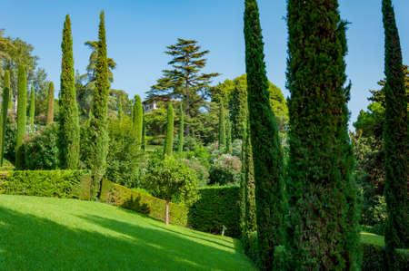 прекрасный вид на Средиземноморском парке с яркой зелени Фото со стока - 75675062
