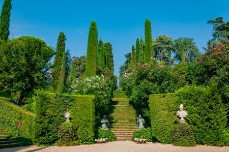 прекрасный вид на Средиземноморском парке с яркой зелени