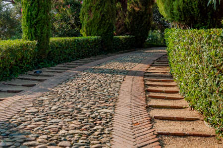 камень вдоль дорожки в парке Средиземноморского с яркой зелени Фото со стока - 75756814
