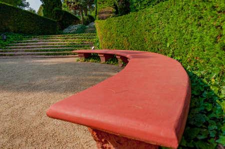 скамейка в парке Средиземноморского с яркой зелени