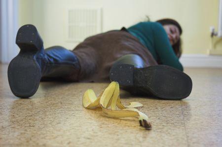 oorzaken: Banaan veroorzaakt een pijnlijke slip-up. Slapstick concept illustreert gevaar en valkuilen. Stockfoto