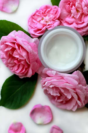 crème cosmétique ouverte pour le visage et les roses, composition lay lay