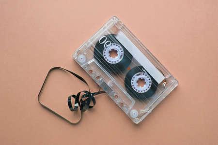 Cassette audio vintage sur fond beige Banque d'images