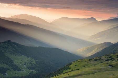 夏の日の出はルーマニア Transalpina 山道で、カルパティア山脈の風景します。