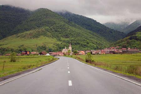 Transalpina 山道、ルーマニアのカルパティア山脈での夏の風景 報道画像