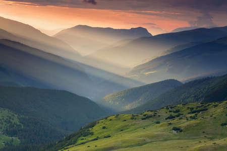 Het landschap van de de zomerzonsopgang in de Karpatenbergen, op Transalpina-bergweg, Roemenië Stockfoto - 81012186
