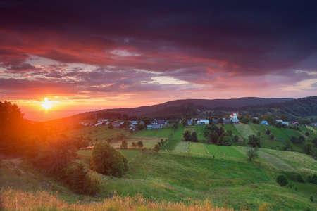 ブコビナ、ルーマニアの夏の日の出の風景