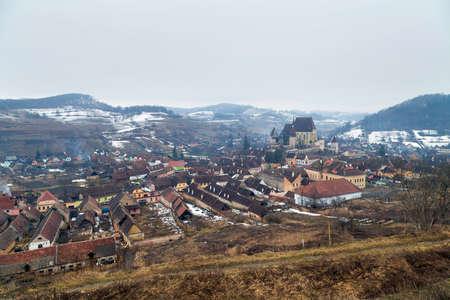 Düsterer Morgen des Winters in Biertan, Rumänien Standard-Bild - 98223448