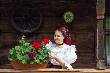 Portrait d'une belle jeune femme portant des vêtements traditionnels roumains, dans le Maramures
