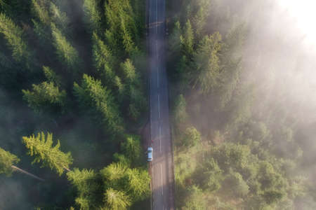 Luchtfoto van de bergweg, in Bucovina