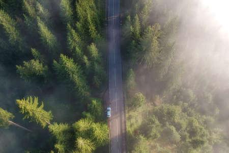 Vue aérienne de la route de montagne, en Bucovine