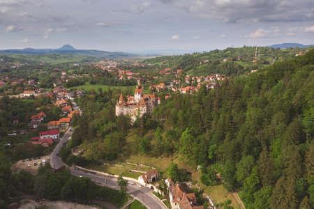 Belles collines verdoyantes d'été en Transylvanie. Paysage de lever de soleil dans le village de montagne roumain