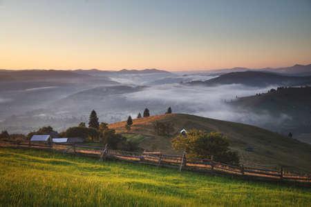 Nebliger Sonnenaufgang im Sommer in den Karpaten