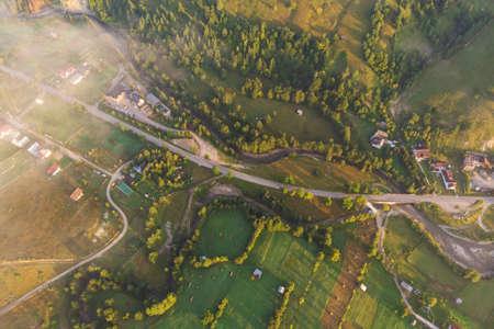 Vue aérienne du village de montagne en Bucovine