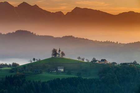 Autumn landscape of a beautiful church on the top of a hill, in Slovenia Stockfoto - 133476797