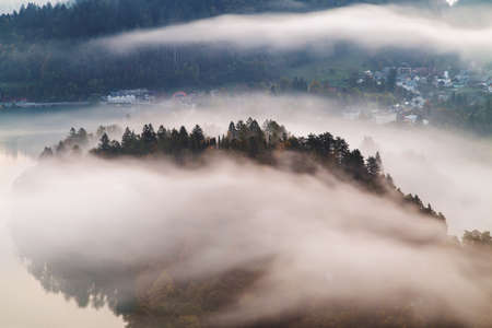 Foggy autumn morning on the beautiful green hills near Maribor, Slovenia. Scenic landscape and nature near Maribor in Slovenija Imagens - 133808787