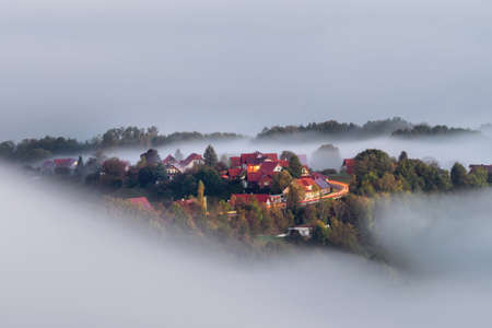 Foggy autumn morning on the beautiful green hills near Maribor, Slovenia. Scenic landscape and nature near Maribor in Slovenija Stockfoto