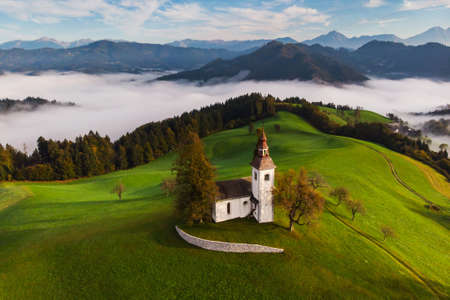 Autumn landscape of a beautiful church on the top of a hill, in Slovenia Imagens - 133477037