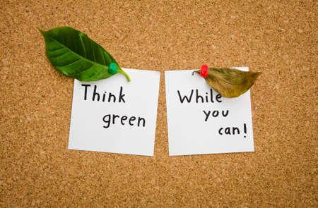 think green: Piensa en verde mientras se puede sugerir el movimiento ecologista verde ecologista y un mensaje importante para la ecolog�a de todo el mundo con una hoja seca y una verde