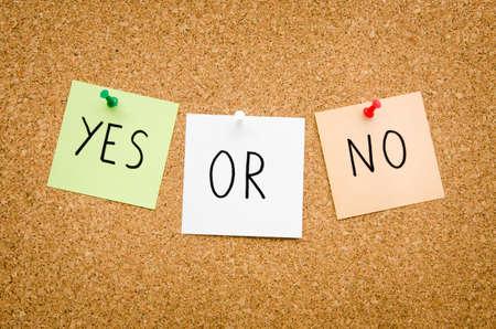 cape mode: JA ODER NEIN auf rot wei� und gr�n Post Notizen auf ein Brett darauf hindeutet, Optionen zu akzeptieren oder abzulehnen in ein bussines gesteckt geschrieben aussehen im Querformat