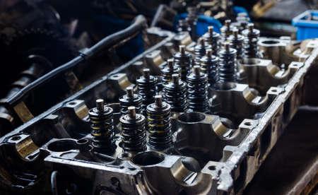 オープン エンジン ブロック内部の部品とスプリングを公開します。