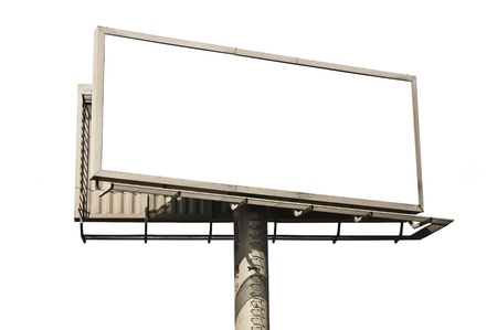 Lege billboard op wit wordt geïsoleerd