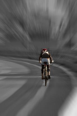 ciclista: Jinete de conducci�n en bicicleta por una carretera de asfalto