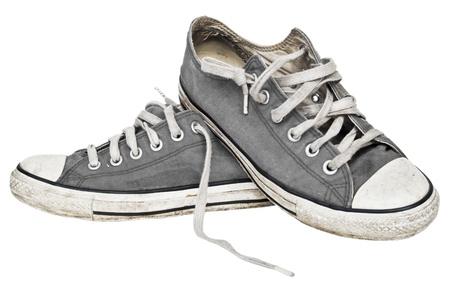 スニーカー: 白で隔離される古いスニーカーを使用