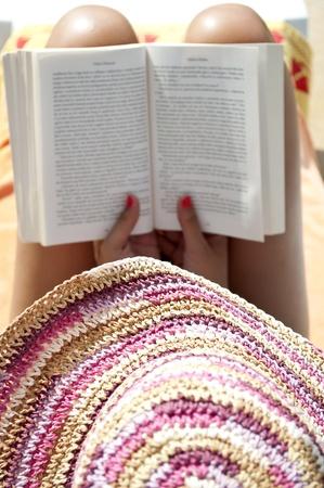 mujer leyendo libro: Mujer leyendo un libro - Relax concepto