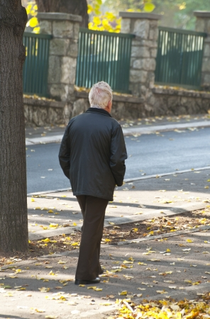 poorness: Old man walking in park