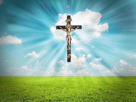 grunge cross: Ges� Cristo sulla croce irradia luce nel cielo di paesaggio