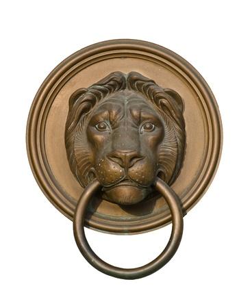 tocar la puerta: Aldaba de la puerta del león aislado en blanco Foto de archivo
