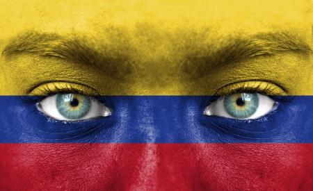 la bandera de colombia: Rostro humano pintado con la bandera de Colombia
