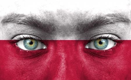 Rostro humano pintado con la bandera de Polonia