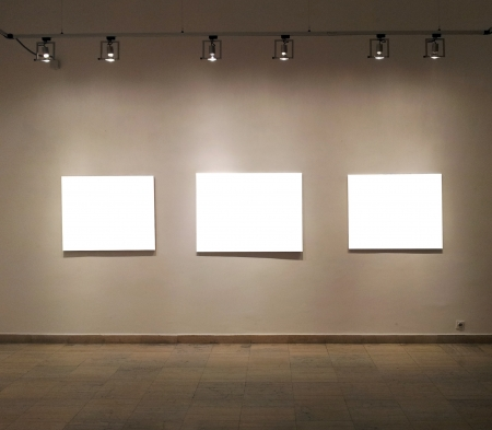 cadre: Empty frames in gallery room