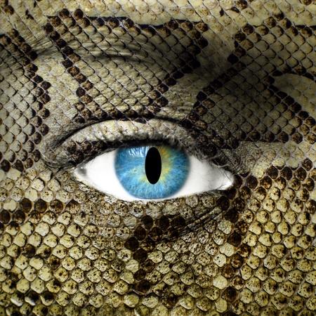 l�zard: Visage humain avec une texture peau de serpent