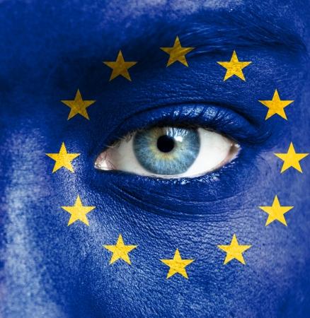 banderas del mundo: Rostro humano pintado con la bandera de la Uni�n Europea Foto de archivo