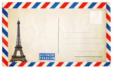 timbre voyage: Carte postale de cru avec Tour Eiffel isolée sur fond blanc