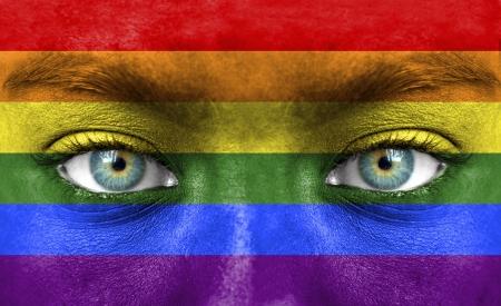 hombres gays: Rostro humano pintado con la bandera del Orgullo (Gay)