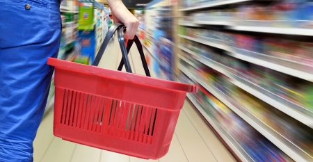 l hand: Hand holding empty shopping basket - Shopping concept