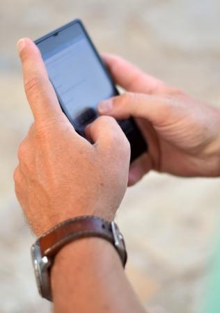 Close-up van een man met behulp van mobiele smart phone Stockfoto