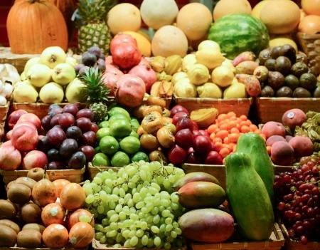 Fruitmarkt met diverse kleurrijke verse groenten en fruit - Markt serie