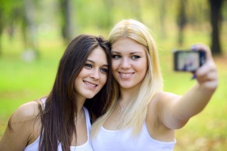 Outdoor ritratto di due amici ragazza scattare foto con la fotocamera photo