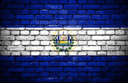 bandera de el salvador: Pared de ladrillo con bandera pintada de El Salvador