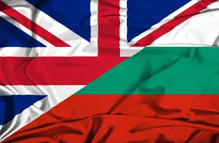Agitant un drapeau de la Bulgarie et au Royaume-Uni